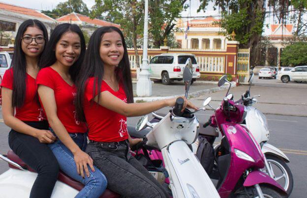 moto girls service de taxi scooters conduits par des femmes au cambodge. Black Bedroom Furniture Sets. Home Design Ideas