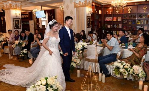 Li Zeyan et son conjoint Hu Yuanhua à leur cérémonie de mariage à la librairie Gogol à Harbin, dans la province du Heilongjiang, le 1er juin 2018. Depuis son ouverture en octobre 2014, 36 couples se sont mariés dans cette librairie. [Crédit photo : Liu Yang pour le China Daily]